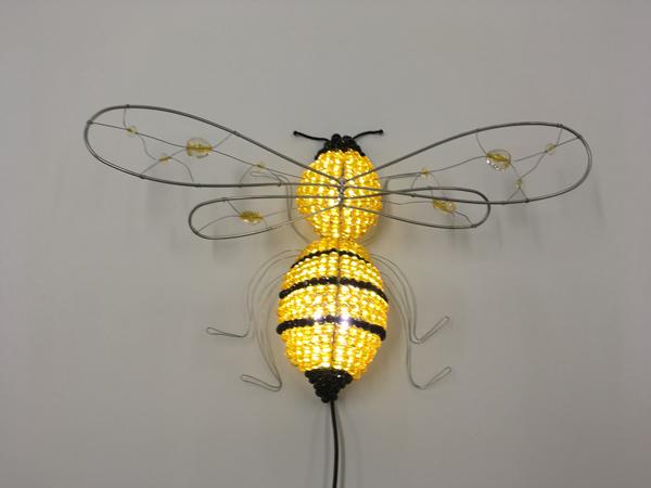 Настенный светильник в виде пчелы